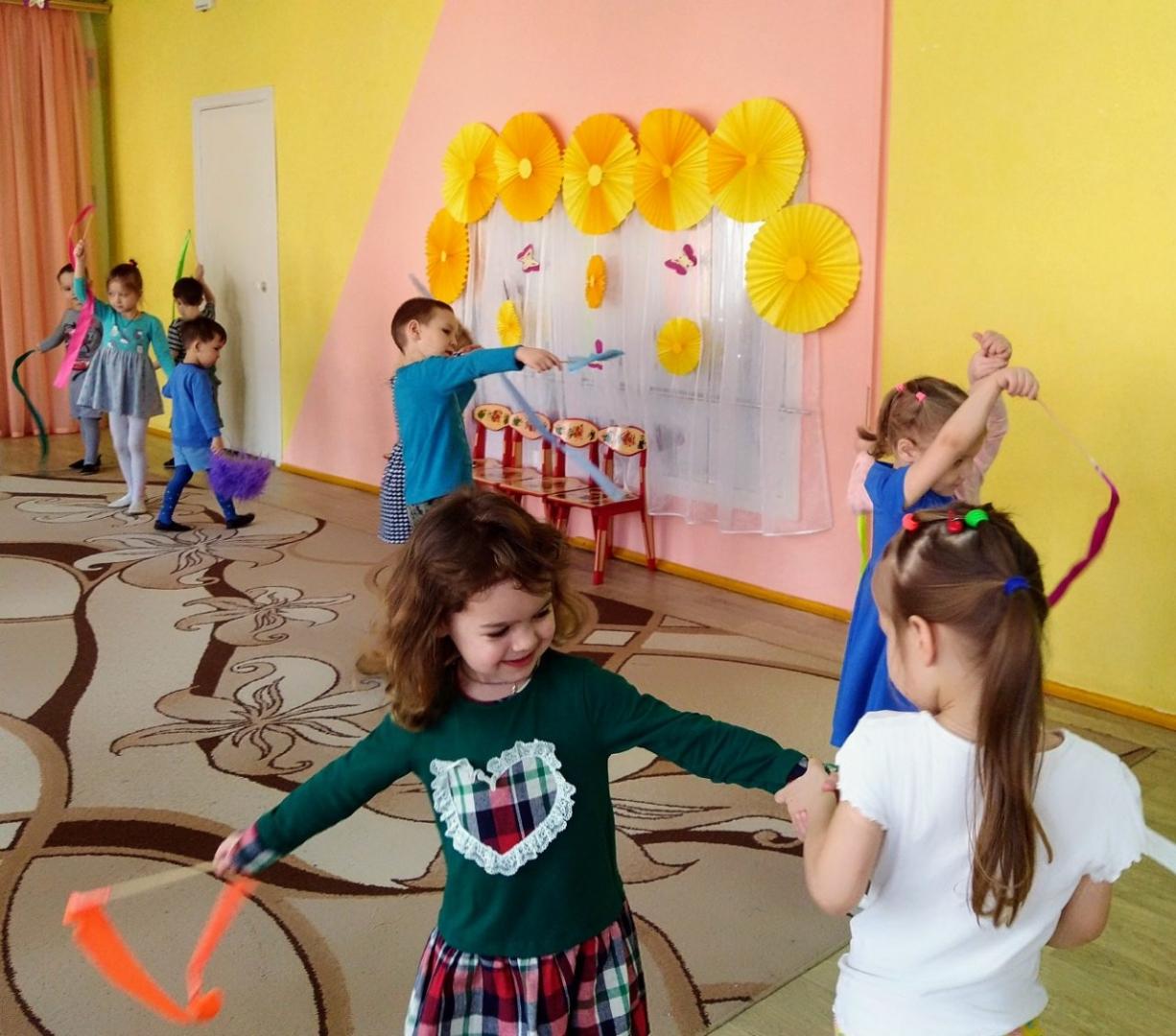 Использование атрибутов в детском танце